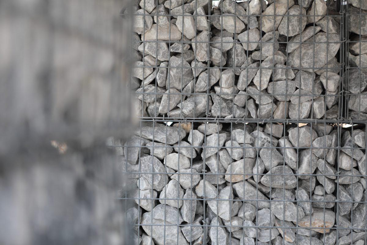 gabion en metal rempli de pierres grises