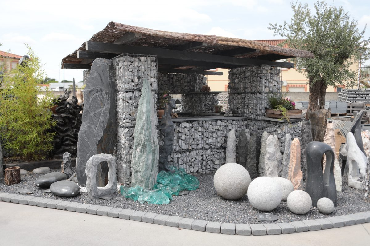 gabions et monolithes dans un jardin